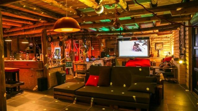 Projekcija filma u lounge baru